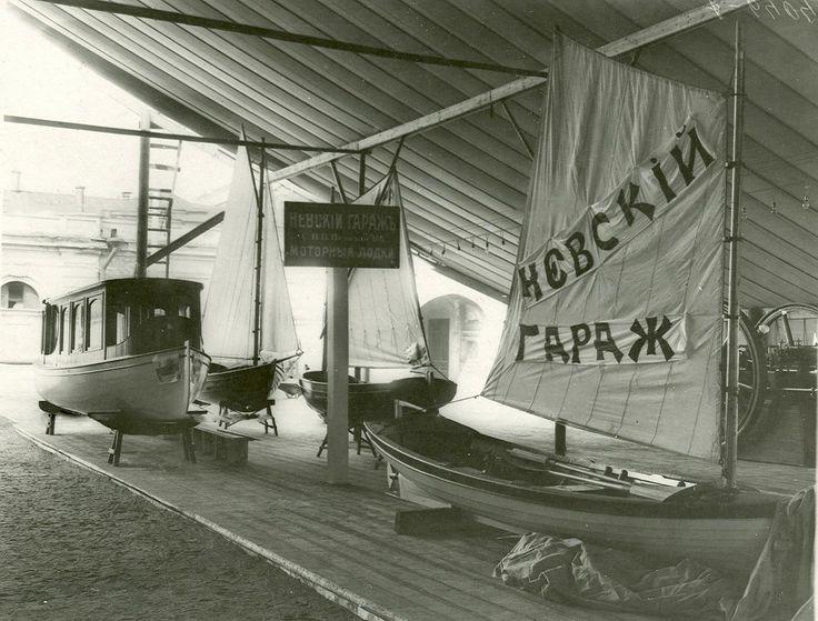 Моторные лодки товарищества «Невский гараж» на Первой Международной автомобильной выставке в Михайловском манеже