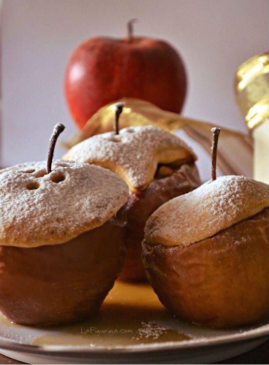 Le mele ripiene sono ottime quando cominciano a raffreddarsi, la copertura biscottata funge da coperchio lasciando ben calde le mele caramellate all'interno