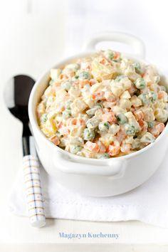 Sałatka jarzynowa. Przepis na tradycyjną sałatkę jarzynową z gotowanych warzyw. Z jajkiem na twardo i zielonym groszkiem. Porady i warianty wykonania.