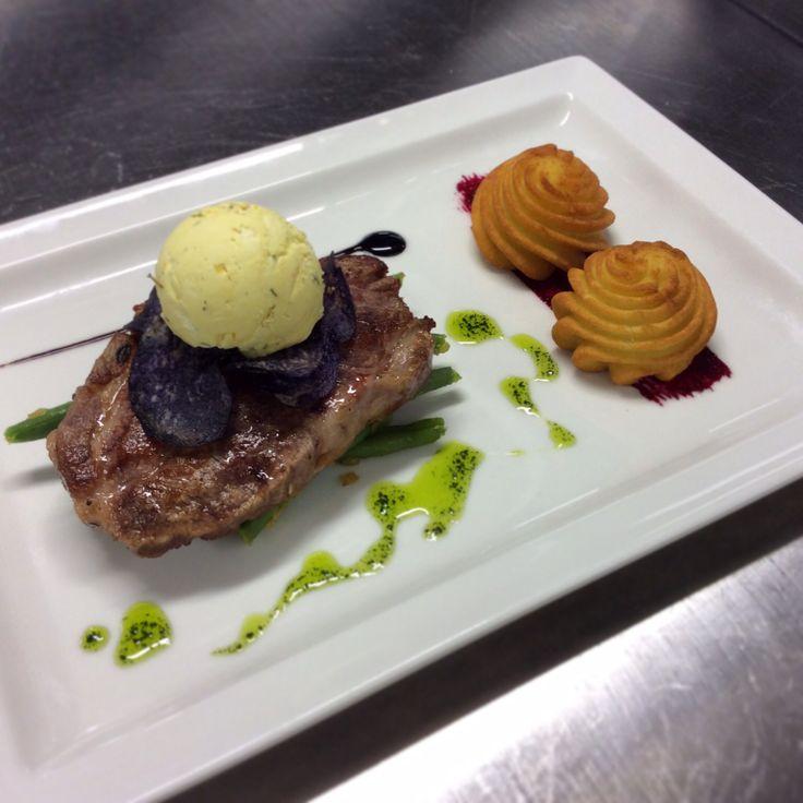 Schweinshalssteak (CH) | Kräuterbutter | Bohnen | Duchessekartoffeln | Beilagensalat #restauranttaverne #hotelinterlaken