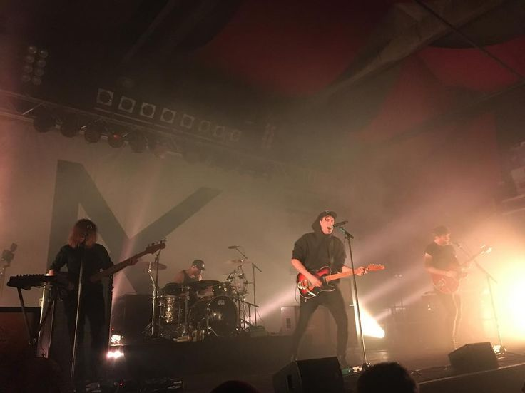 Alvast eentje vanaf m'n iPhone, vanaf m'n camera delen is niet zo gemakkelijk. Fotograferen ging ook niet erg lekker: grijs Kensington-doek als achtergrond, veel rook en tegenlicht... Maar nu eerst slapen! #kensingtonband #janhaker #nilesvandenberg #eloiyoussef #casperstarreveld #concertphoto #concertphotography #rockmusic #dutchrockmusic #dutchrockband #rockband #concertmusic #livemusic #livemusicphotography #concert #rockphoto #rockphotography #concertphotography #gigphotography…