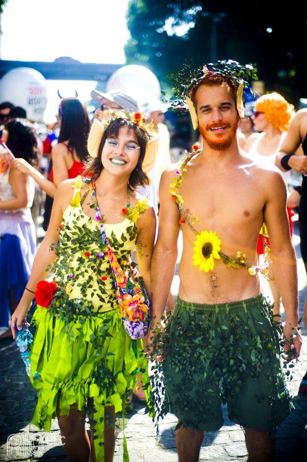 Um casal na terra encantada entre fadas, gnomos e criaturas mágicas na selva do carnaval carioca.
