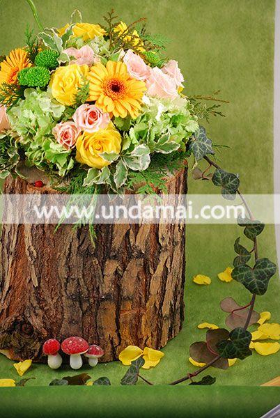 Aranjament floral pentru masa din Hortensii verzi, Miniroze galbene si roz, Santini si Gerbera galbene, cu iedera salbatica