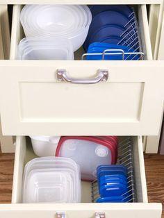 Gebruik draad cd rekken om Tupperware deksels te organiseren. | 52 Meticulous Organizing Tips To Rein In The Chaos