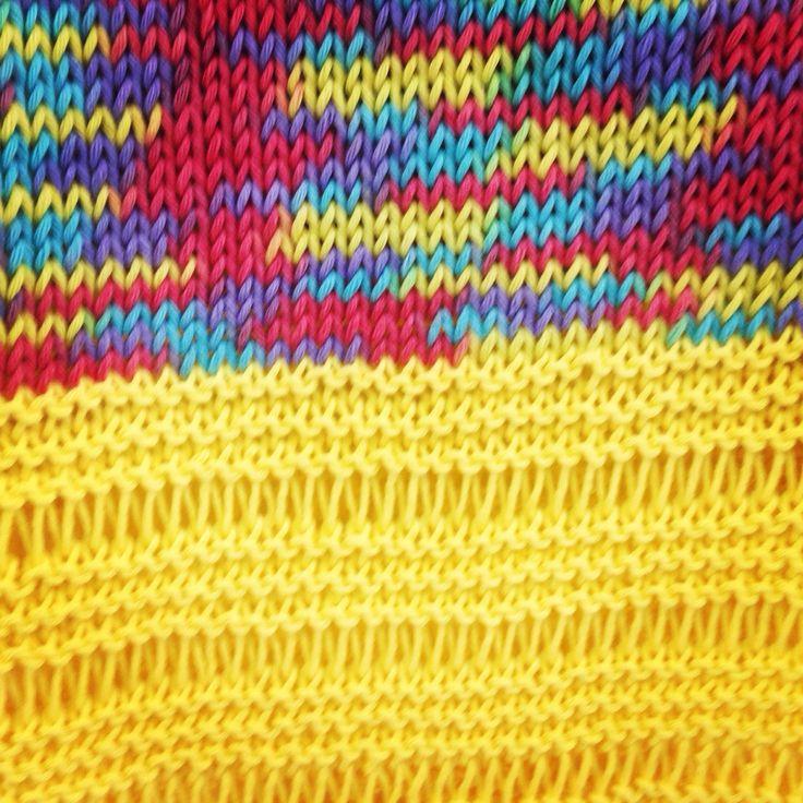 Detalle del punto del suéter combinado con algodón liso y jaspeado