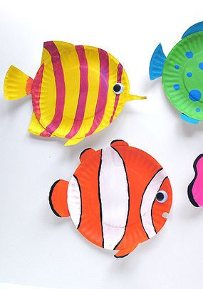 Paper plate tropical-fish crafts for kids www.makeandtakes.com