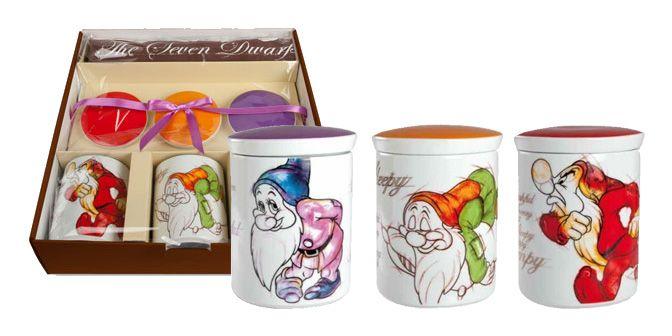 """SET BARATTOLI """"I 7 Nani"""" - Disney - EGAN s.r.l.  Confezione regalo composta da n° 3 barattoli, con coperchio, in ceramica e una tovaglietta americana abbinata."""