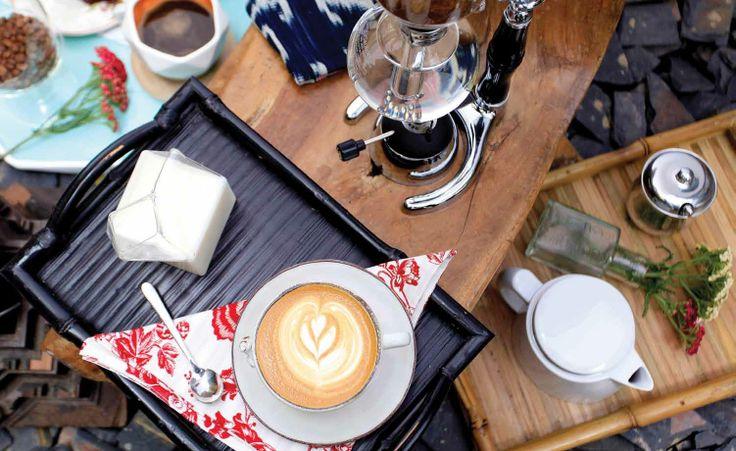 El rincón de los amantes. La intensidad de la bebida que apasiona a millones, se expresa en esta puesta en escena que da al café el marco i Pocillo y plato de deal para disfrutarlo.