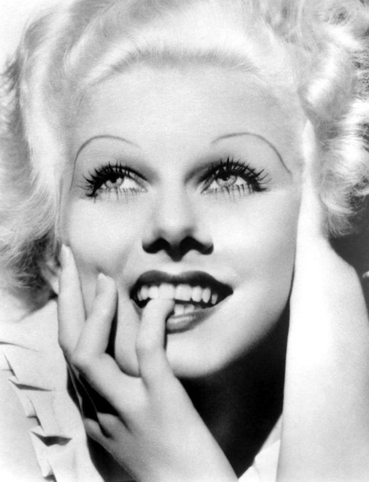 Tendências de beleza 1930  Sobrancelhas finas eram a aposta da década. O melhor jeito de  era bem arqueadas e marcadas.