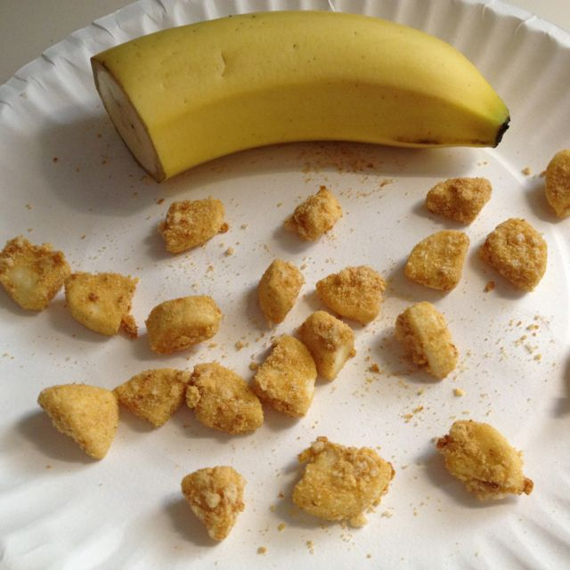 Cheerios Dusted Banana Bites.. Perfect finger foods for toddlers! Crush Cheerios and put banana chunks in a baggie...SHAKE! No more messy, slippery bananas. {MESS FREE TODDLER FOOD}