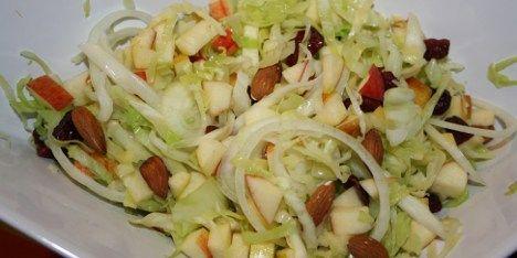 Vidunderlig salat, hvor den sprøde kål kombineres med mandler, æbler og tranebær.