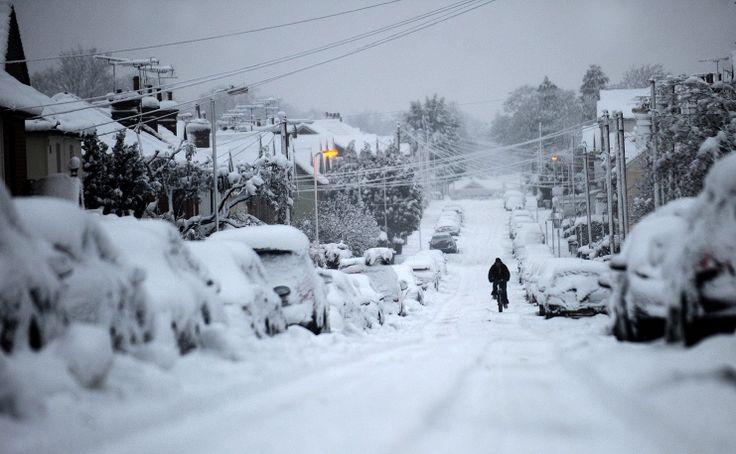 В 2010 году на Европу и США обрушились аномальные снегопады. На фото: велосипедист после снежной бури в графстве Гемпшир, Великобритания, 6 января 2010 года