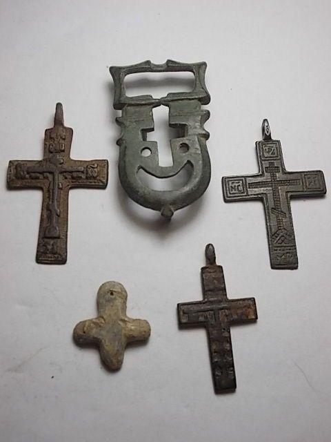 Veel van de vijf bronzen crucifixen van Romeinse Byzantijnse en kruistochten periode. Grootte varieert van 24 tot en met 52 mm  Veel van de vijf bronzen crucifixen van Romeinse Byzantijnse en kruistochten periode.Byzantijnse kruisbeeld Byzantijnse periode 6e / 7e eeuw formaat 48 x 29.Zeldzame gesp met kruistocht cross voor de sluiting van de Kaap formaat 51 x 28.Byzantijnse kruisbeeld Byzantijnse periode 6e / 7e eeuw formaat 45 x 30.Romeinse stenen kruisbeeld Romeinse periode 3e / 4e eeuw…