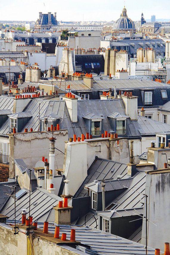 Une vue superbe un peu plus haut que dhabitude. Tout le monde aime les toits et les cheminées de Paris! Imprimés de façon professionnelle sur papier premium lustre à assurer la netteté et des couleurs vives. Pour acheter cet imprimé dans une taille différente me contacter pour une commande personnalisée. À voir aussi: www.fallingoffbicycles.com. Nhésitez pas à me poser des questions! Je suis à votre disposition. Voir ma boutique Etsy ici: https://www.etsy.com/shop/Fall...