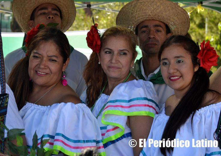 Grupos cruceños bolivianos se preparan para su presentación en tarima durante las fiestas de Santa Cruz en Barcelona. La comunidad cruceña boliviana en Cataluña se reunió para celebrar su Festival Cruceño 2015 y que contó una gran participación de artista bolivianos y latinoamericanos. Los cruceños recordaron los 205 años del Grito de Libertad de Santa Cruz Bolivia.