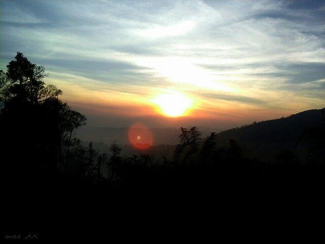 Matahari terbenam di balik perbukitan. Gayo Lues, Aceh, Indonesia.