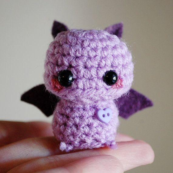 Mini Amigurumi Purple Fledermaus - Kawaii Halloween Dekoration    Diese kleine Amigurumi-Fledermaus liegt bei nur 1 3/4 Zoll groß von ihrer Basis bis in die Spitzen ihre Ohren, von 2 Zoll breit von treibstoffsparenden, kraftstoffsparende.    Sie ist eng in Blass lila Acrylgarn, mit handgenähten Öko-Filz für ihre Flügel und Ohren gehäkelt. Sie hat leicht errötete Wangen und trägt eine kleine herzförmige Schaltfläche auf ihrer Brust genäht. Sie sitzt perfekt auf ihr eigenes.<3    Stuffe...