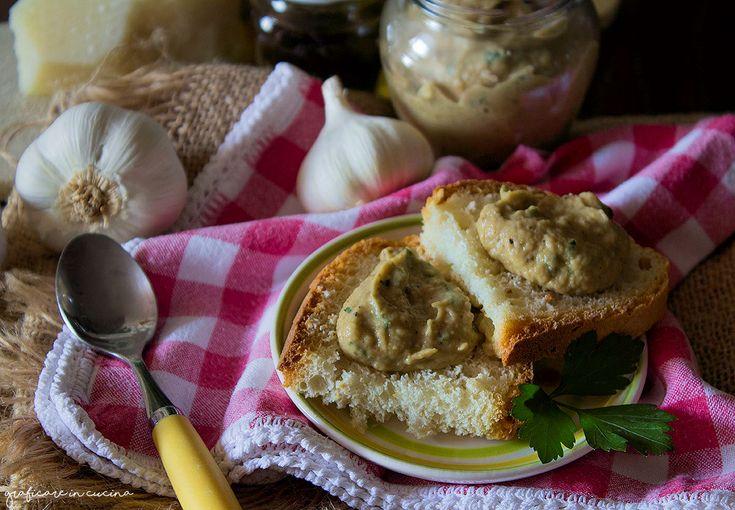 Patè di melanzane ricetta sfiziosa e semplice, una crema molto saporita da spalmare sui crostini abbrustoliti, oppure per condire un bel piatto di pasta.