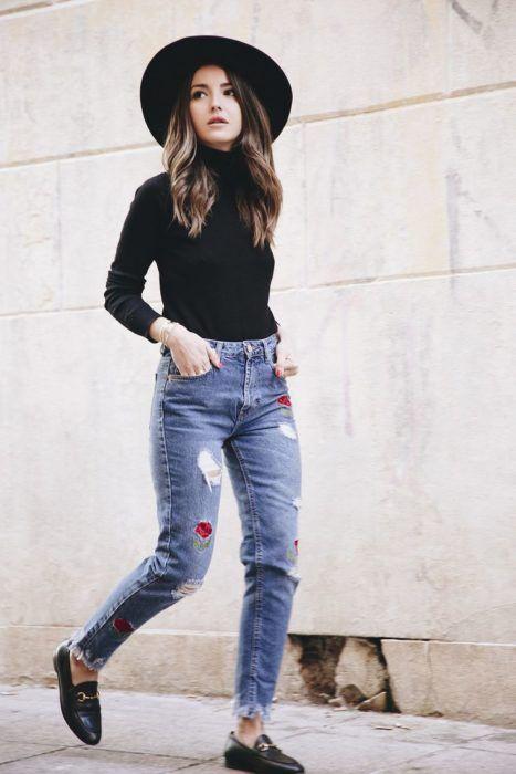 Look con mocasines gucci skinny jeans estampados blusa negra