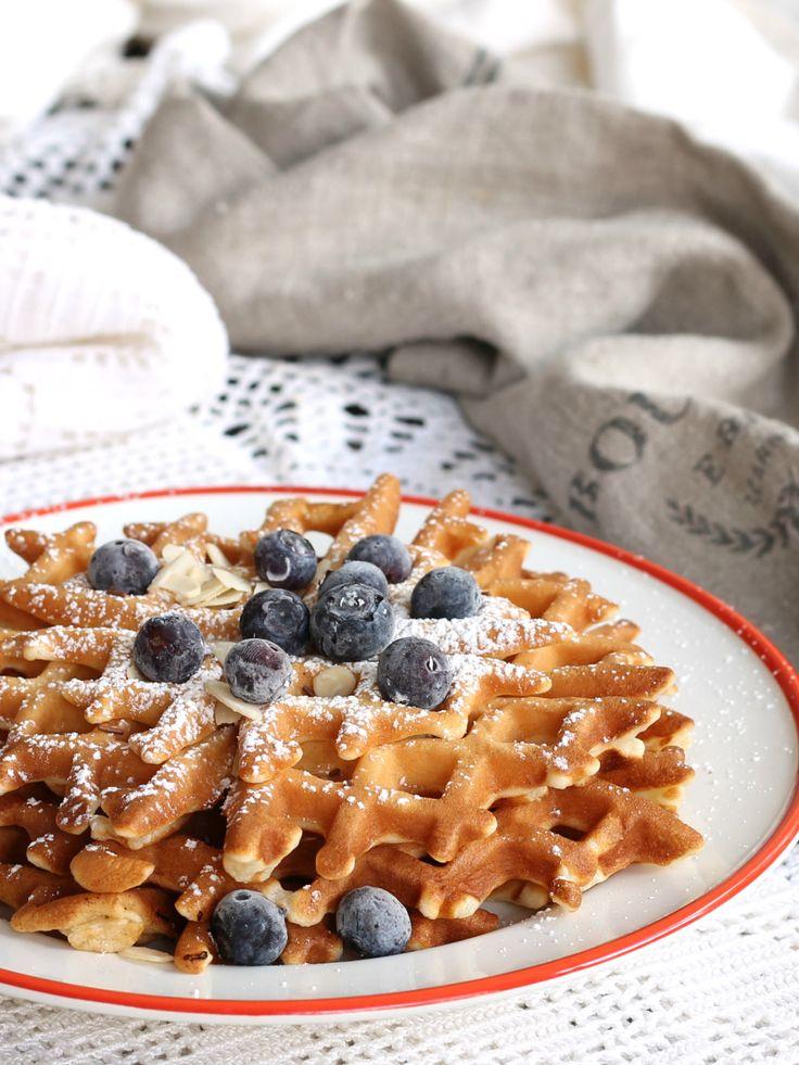 Ricetta waffles solo albumi morbidissimi preparati senza burro. Un dolce leggero con pochi zuccheri da potersi concedere anche se si è a dieta.