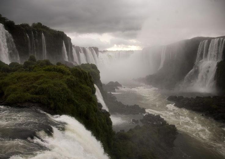 Vista general de las Cataratas del Iguazú en el Parque Nacional do Iguazú, en Foz de Iguazú, frontera de Brasil con Argentina