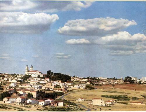 Parece uma cidadezinha de interior mas não é. É o bairro do Sumaré e a igreja N. S. de Fátima, que fica na av. Dr. Arnaldo, em 1954.