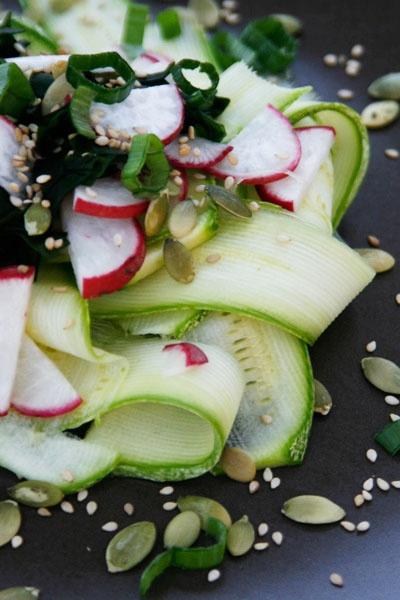 Insalata cruda di zucchine e wakame