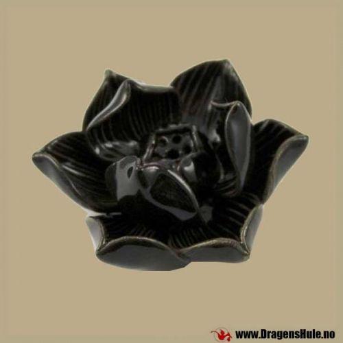 En fin røkelsesholder til både pinner og kjegler. Materiale: laget i svartglasert keramikk / stengods. Mål: Ca 7cm i diameter, og ca 3cm høy.
