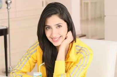 #Pakistani actress #Mahira Khan is all set to make her #Bollywood debut opposite Shah Rukh Khan in upcoming film 'Raees'.  The movie is directed by 'Parzania' helmer Rahul Dholakia, and produced by Farhan Akhtar and Ritesh Sidhwani under Excel Entertainment. #SRK