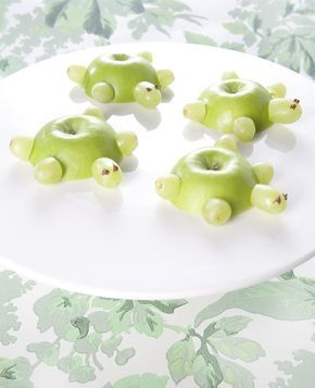 Hoe lief zijn deze schildpadjes? Ze zijn gemaakt van appels en druiven, erg makkelijk dus. Perfect voor een traktatie. Dit heb je nodig: Groene appels Witte druiven Cocktailprikkers (gehalveerd) Chocoladepasta Zo maak je het: Snijd een 'dekseltje' van de appel.…