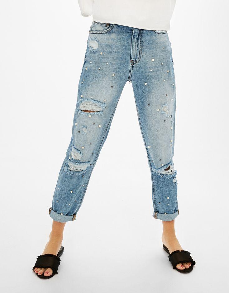 Jeans Mon Fit perlas y rotos. Descubre ésta y muchas otras prendas en Bershka con nuevos productos cada semana