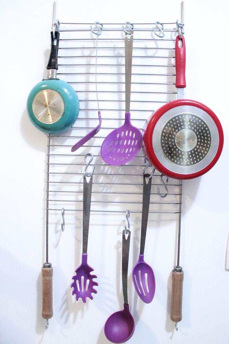 Grelha de churrasco para pendurar panelas e utensílios de cozinha.  #improviso #cheap #solution #kitchen #decor