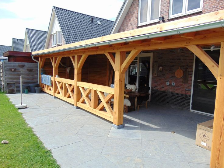 Douglas veranda met klassieke houtverbindingen zoals haaklas verbinding, pen en gatverbinding en zwaluwstaar verbindingen, meer informatie www.houtbouwpakket.nl