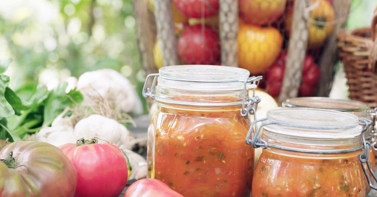 Koka en underbar tomatsås när tomaterna i växthuset (eller affären) smakar som bäst!