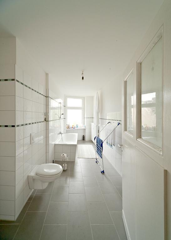 Schmales, Aber Sehr Helles Altbaubadezimmer Mit Dunkelgrauen Bodenfliesen  Und Weißen Wandfliesen. #Badezimmer #
