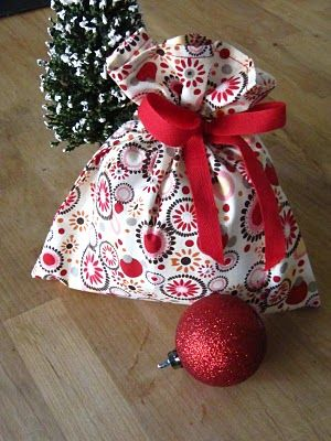 Awesome Fat Quarter Gift bag. Very easy and reuseable! Also a wine bag tutorial on this page - very cute!