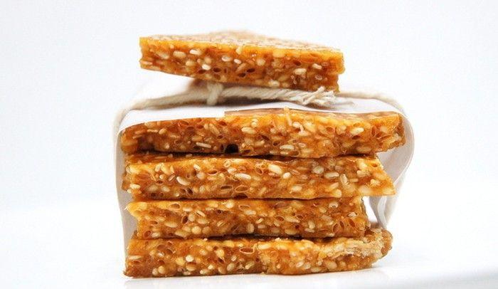 Máte rádi sezam? Kupujete si v obchodě tyčinky vyrobené ze sezamu? Připravte si je v pohodlí svého domova a pochutnejte si kdykoliv během dne na chutné dobrotě.