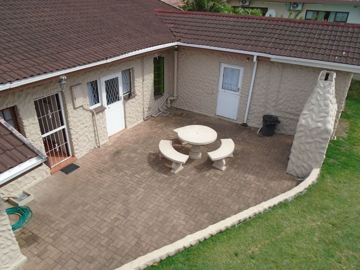 Broadway 20 in Uvongo, sleeps up to 10, a fully furnished self-catering house located in Uvongo, within walking distance to the beach. The house also features a stunning deck area with outdoor furniture and gas braai facilities, that overlooks the sea. #uvongo #margate #selfcatering #kznsouthcoast #southafrica