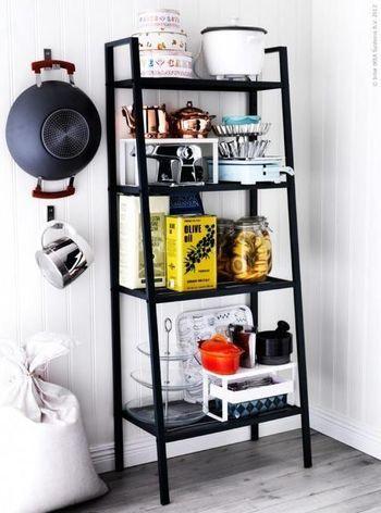 下に向かって棚板が広くなるので、置くものも様々。 その効果で部屋にメリハリが生まれ、個性的な空間に。