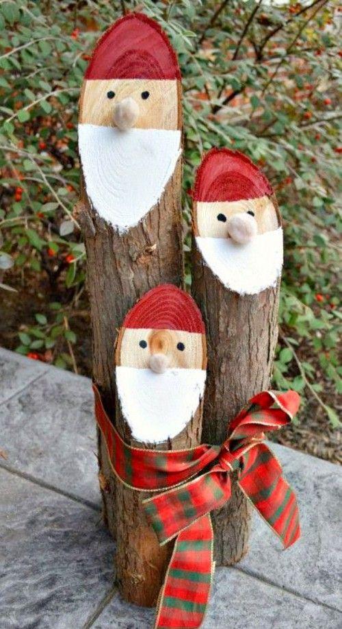 de kerstman op een boomstam