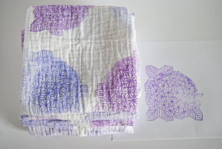 Série ***très limitée*** de 6 langes pour bébé imprimés à la main dun motif hortensia en origami.  Je dessine et grave moi-même mes tampons, puis je
