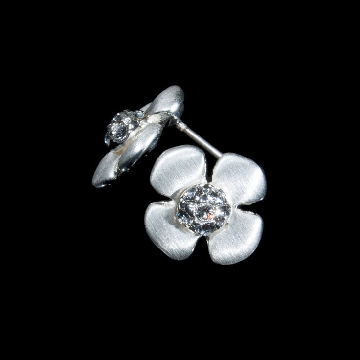 Floral earrings in the shape of a pansy from the Nature Collection that will adorn your look. Enjoy your beauty in this skin-friendly jewelry with Swarovski Elements.  http://danishaccessories.com/nature/44-e40014.html #smykker #Denmark #DanishDesign #øreringe