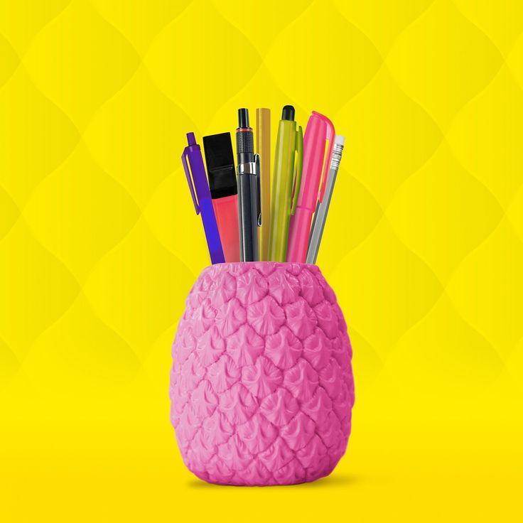 Buntes Büro-Zubehör: Der fröhliche Ananas Stifthalter in knalligem Pink als willkommener Farbtupfen auf dem Schreibtisch.