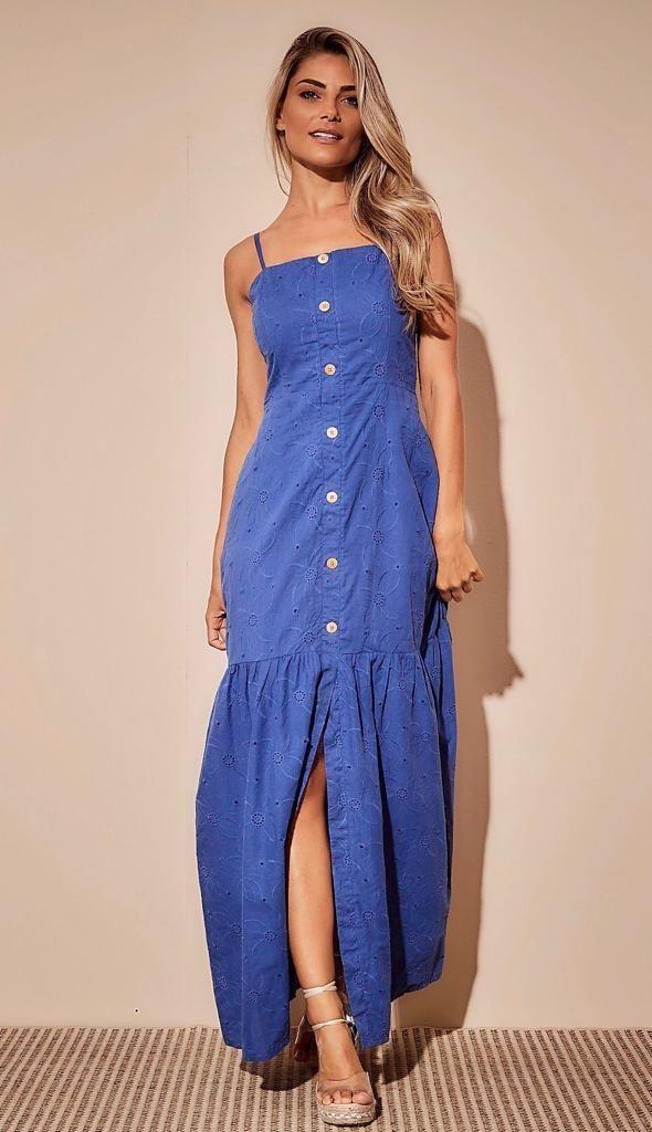 d0da30c342 O vestido longo laise trás uma delicadeza ao look.