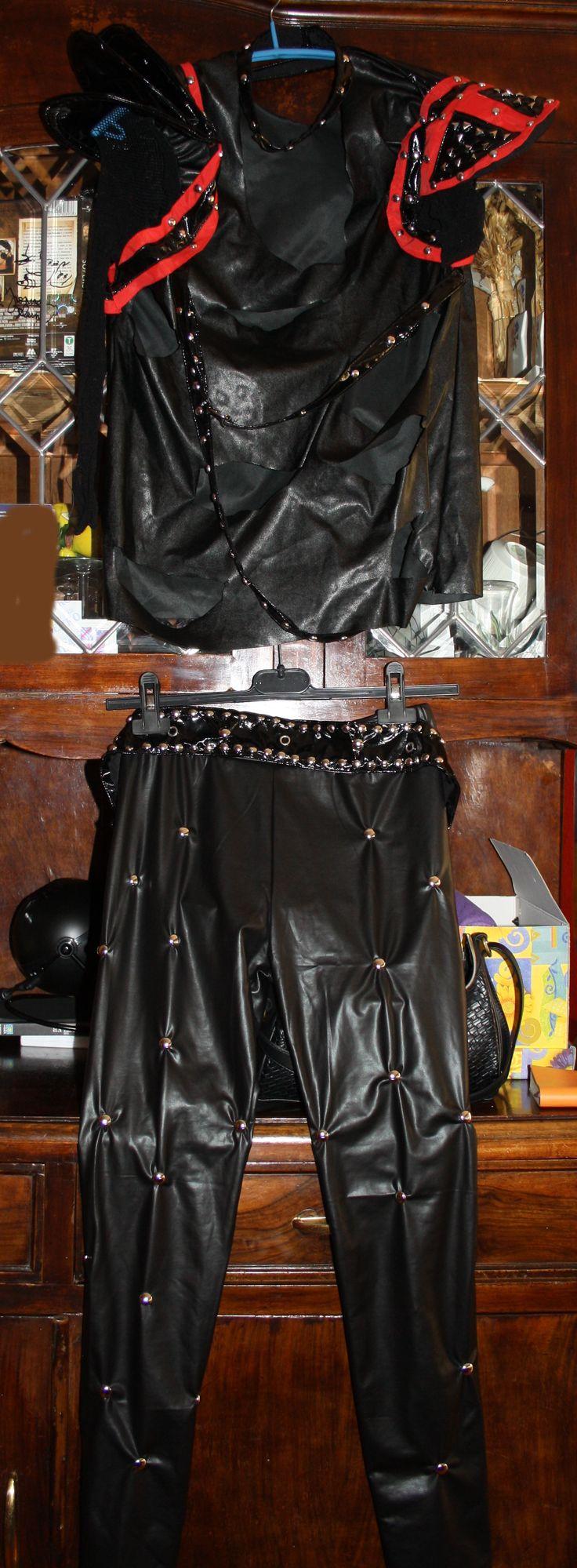 Abiti su commissione, band tributo dei Motley Crue. Abito di Nikki Sixx, maglia in ecopelle, lacci, collarino con borchie e fibbia, spalline con rinforzi in metallo, manica elasticizzata a rete, cintura e leggins
