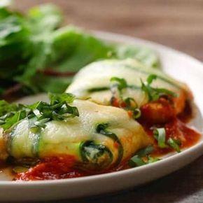 ZUTATEN2 mittelgroße Zucchini Olivenöl, zum Abschmecken2 Knoblauchzehen, fein gehackt80 g frischer Spinat, gehackt250 g Ricotta2 Esslöffel frischer Basilikum, fein geschnitten Salz, zum Abschmecken Pfeffer, zum Abschmecken260 g Marinara-Sauce60 g geriebener MozzarellakäseZUBEREITUNG1. Heizen Sie den Ofen auf 220 °C vor.2. Schneiden sie die Enden der beiden Zucchini ab und schälen Sie dann jede Zucchini mit einem Gemüseschäler in lange Streifen3. Legen Sie die Zucchinistreifen auf einen…