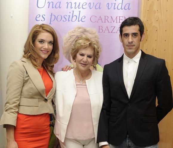 Carmen Bazán presenta su libro arropada por su hijo Víctor Janeiro y la novia de éste, Beatriz Trapote