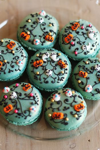 Halloween decorated macarons - complete with ghosts, pumpkins, tiny skulls and eyeballs! ha! (This is a blog by a Japanese mom, and even with Google Translate it was nearly impossible to understand. The pictures and ideas are wonderful though, worth a look.) @Donna Kellner