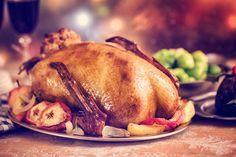 Gefüllter Gänsebraten gehört für viele an Weihnachten einfach dazu. Die Füllung aus Äpfeln und Birnen lässt die Gans wunderbar aromatisch schmecken.
