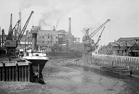 AA001109 Low tide at Deptford Creek with the 'Dynamo' moored to the left. c.1945-65